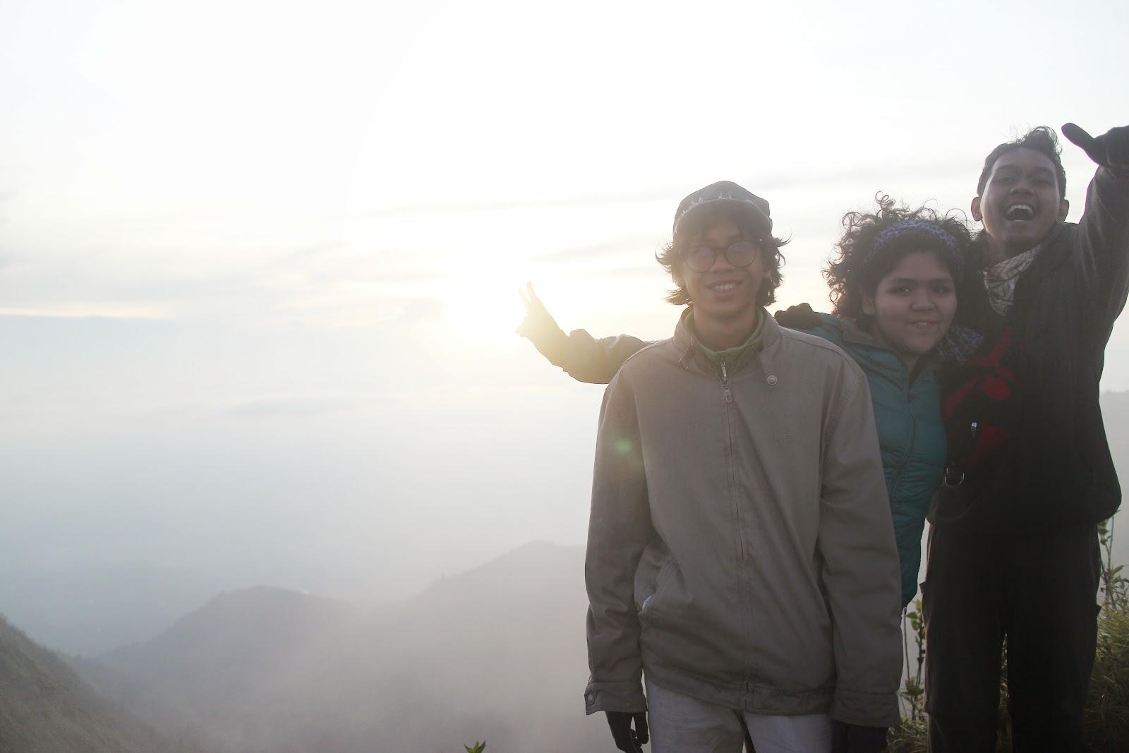 matahari pagi yang mengintip dibalik kabut