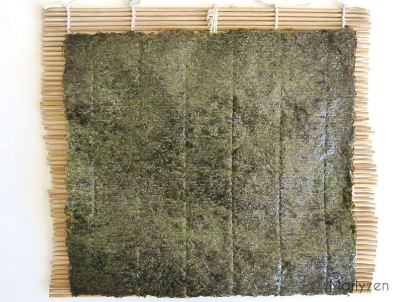 Déposez une feuille d'algue sur le makisu.