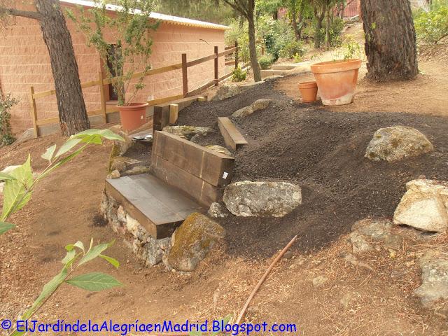El jard n de la alegr a rocalla con bancos de piedra y for Jardin 88 doris vera hermoza