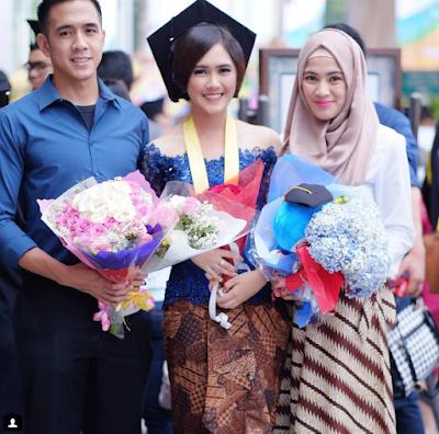 3. Rok Batik yang Dikombinasikan dengan Kebaya Ala Alyssa Seobandono Bisa Kamu Jadikan Referensi
