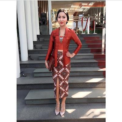 Model Kebaya Kutubaru coklat Rok Batik Panjang