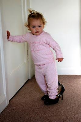 Foto Gambar Bayi Pakai Sepatu High Heels Kebesaran 20