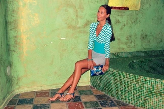 plavo bela bluza sa kvadratima siva mini suknja teget sandale