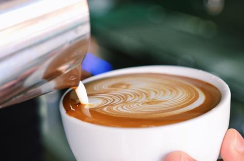 هل خلط القهوة بالحليب يشكل خطرا على صحتي