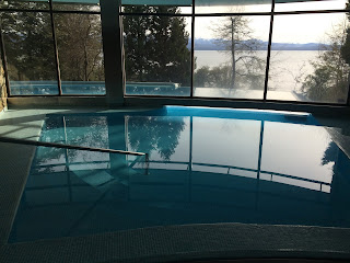 Área da piscina do hotel Design Suites em Bariloche
