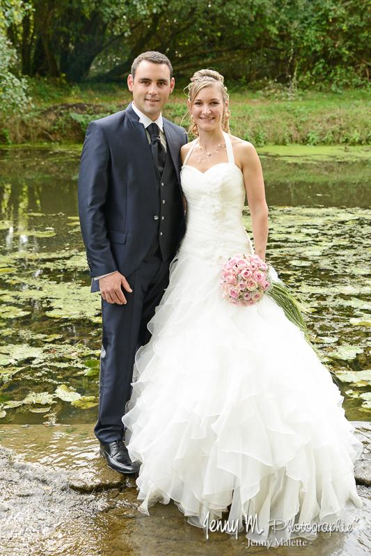 photo des mariés dans la rivière au moulin de rambourg