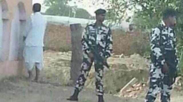 Viral, Photo Seorang Menteri Pertanian India Kencing di Tembok Dengan Pengawalan Tentara Bersenjata