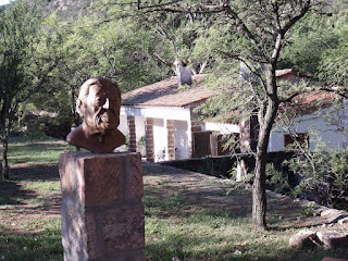 Un busto de Atahualpa Yupanqui está a la entrada de su casa de Cerro Colorado