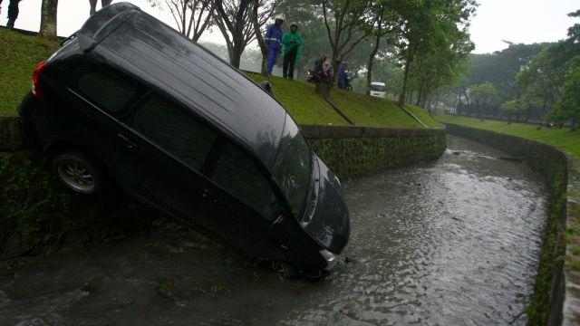 Kalau Nggak Mau Nyebur Sungai Seperti ini, Jangan Nyetir Sambil Pakai Ponsel