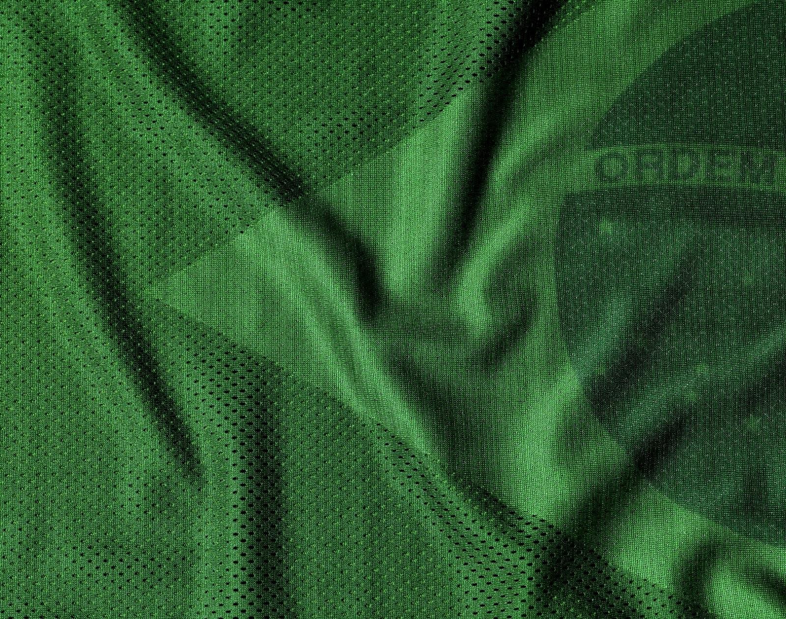 A camisa reserva é branca com detalhes em verde. Ambas contam com a técnica  aerográfica a741c3522581e
