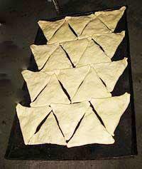 Выложить самсу на противень и выпекать в горячей 190- 200 С духовке, в течение 30 - 35 мин, пока на зарумянится.