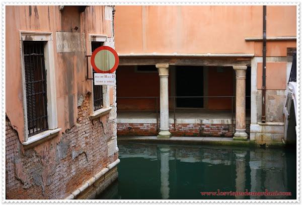Señales de tráfico sobre los pequeños canales de Venecia