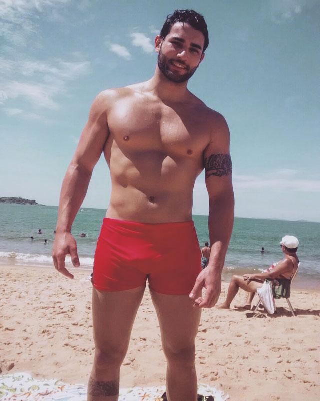 Matheus Lopes, O Garoto Verão 2016, mostra o corpo sarado na praia da Tartaruga. Foto: Arquivo pessoal