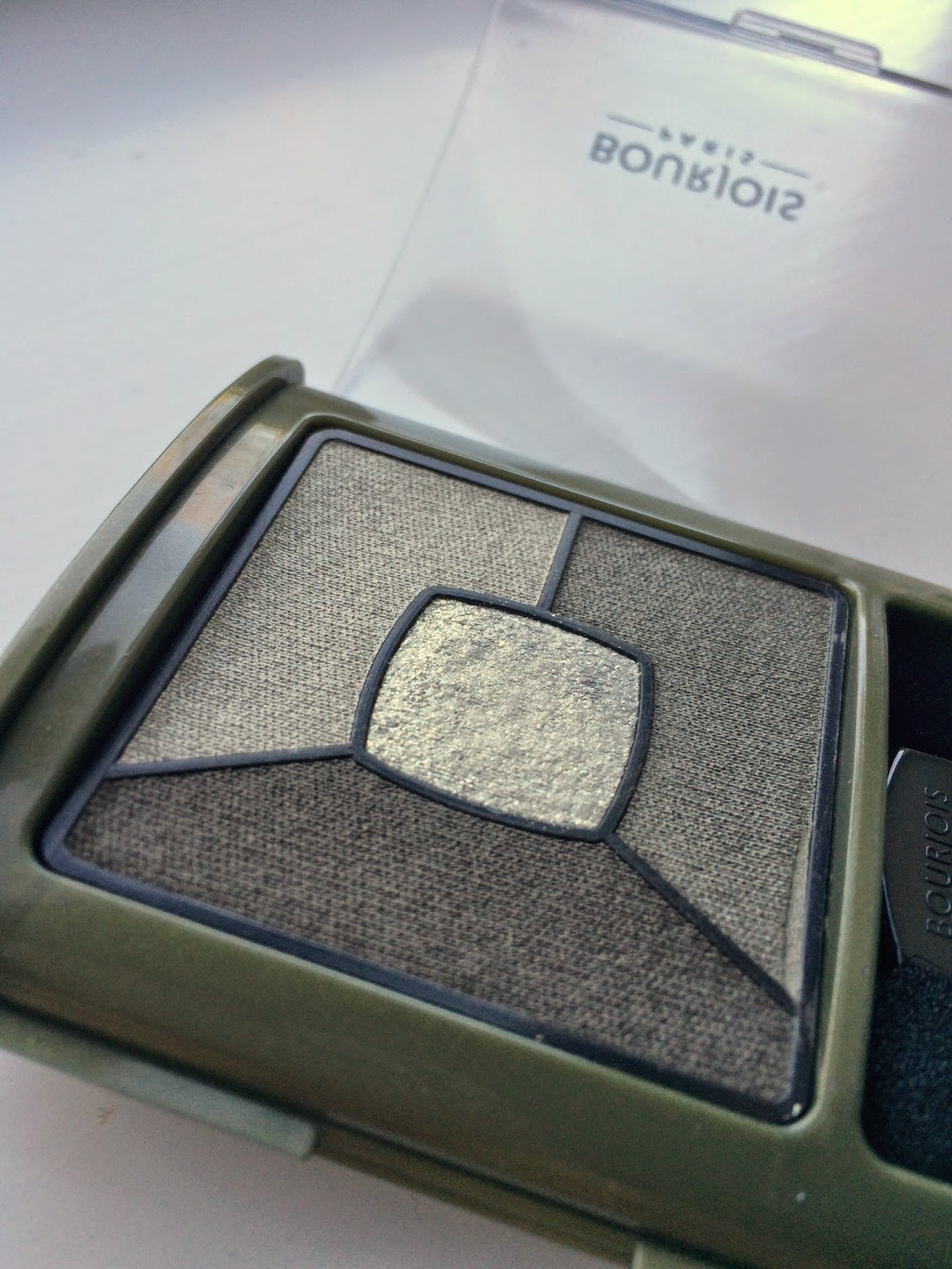 Bourjois-Quad-Smoky-Stories-eyeshadow-rock-this-khaki-green