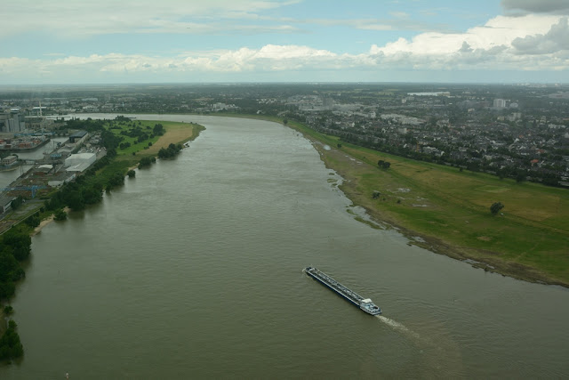 Rheinturm Dusseldorf river