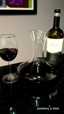 Foto do vinho Bouza Tannat com o decanter