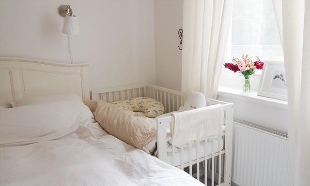 Mamãe e bebê no mesmo quarto- quarto compartilhado com o bebê