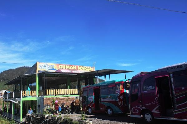 halaman parkir restoranboemi dieng luas