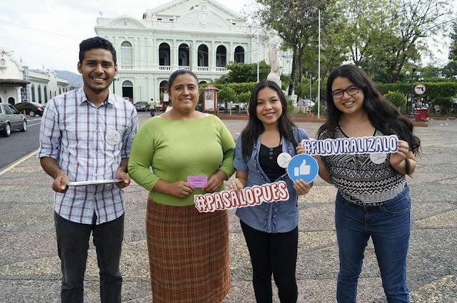 Voluntarios de Nueva Acrópolis celebran Día Internacional de la Mujer entregando frases en el centro histórico de Santa Ana