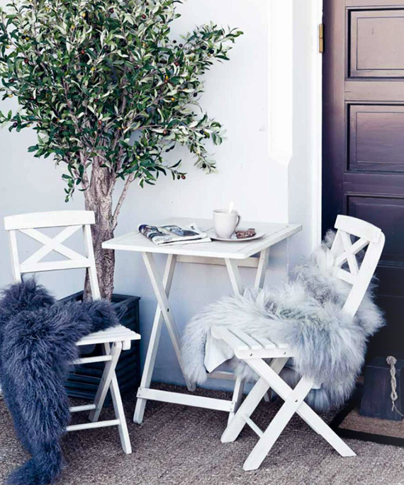 5 simple tips to cozy up your outdoors for fall | Image via Home and Cottage.