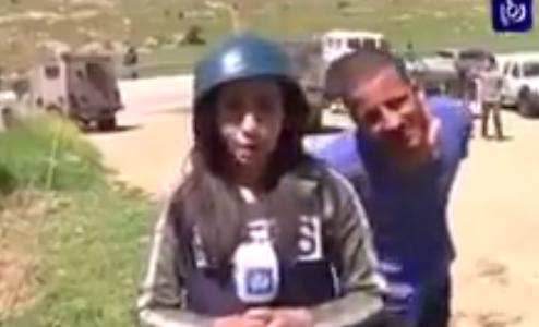 مراسلة فلسطينية تتعرض للأستفزاز من قبل مستوطن إسرائيلي حقير و تُلقنة درساً لن ينساه.