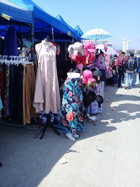 Menjual Aneka Sandang di CFD Soreang