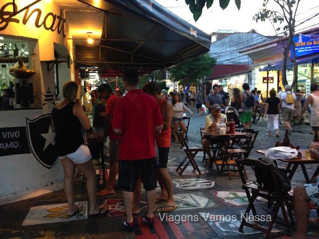 Esquina do Bar Botafogo, bom lugar para tomar uma cerveja gelado e apreciar o movimento em Búzios, RJ