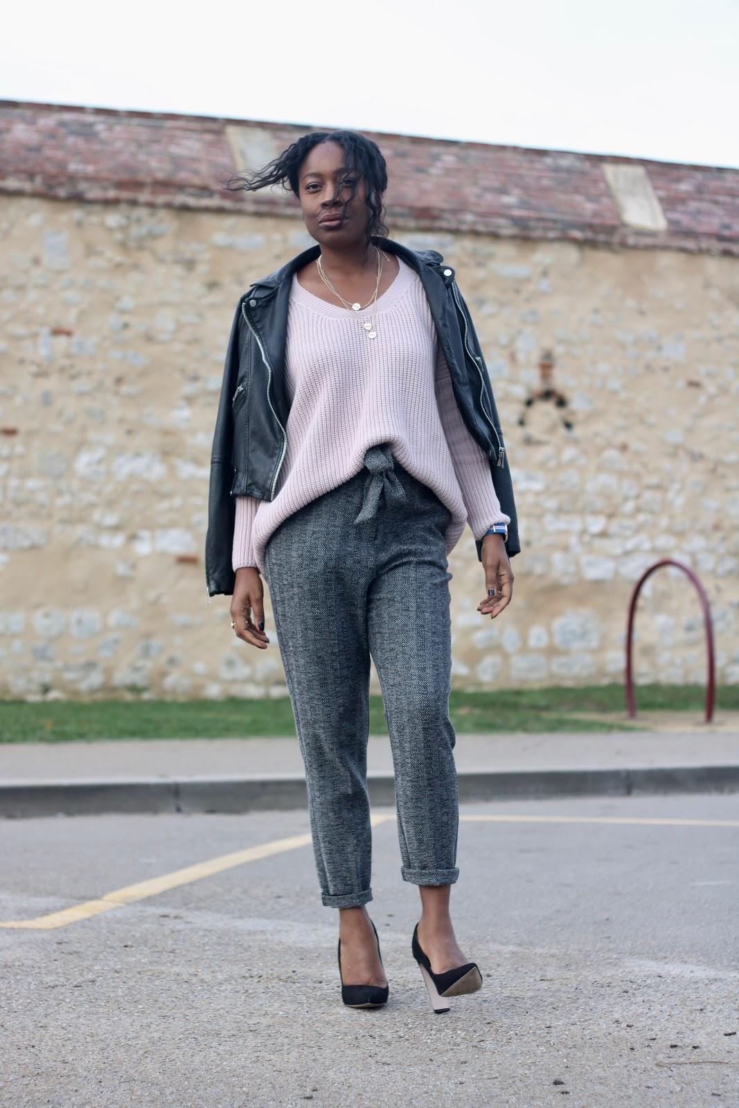 pull-rose-pantalon-gris-escarpins-noirs