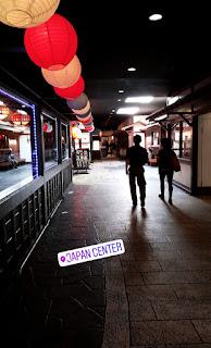 zaciemniony korytarz w centrum handlowym japońskiej dzielnicy w San Francisco