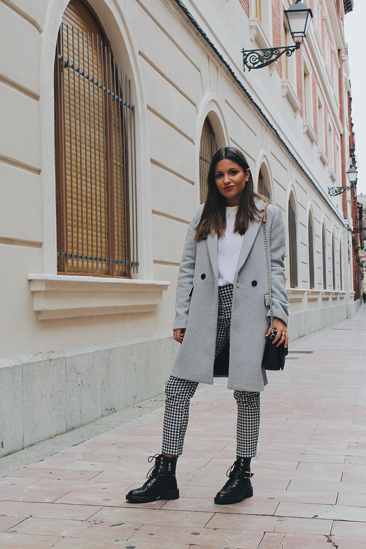 outfit con pantalón de cuadros vichy y abrigo gris