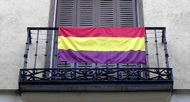 Un grupo de vecinos aconseja a una joven retirar la bandera republicana en su balcón