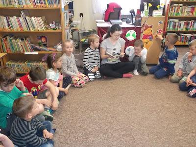Bibliotekarka czyta dzieciom