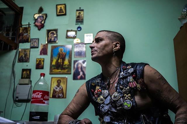 Pecandu ini Harus Tinggal di Saluran Pembuangan, Karena Ditolak Masyarakat Setempat