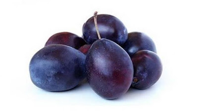 A very important component of the plum is sugar alcohol - sorbitol, which is used in the production of sweets for diabetics, as a substitute for sugar.