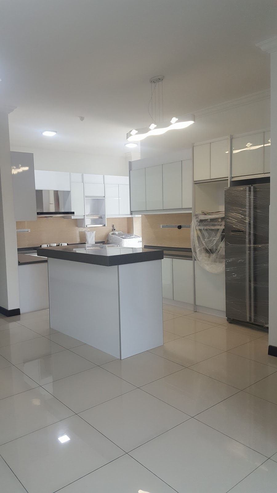Kitchen Cabinet Tersebut Kami Menggunakan Material 3g Putih Untuk Bahagian Pintu Manakala Table Top Pelanggan Telah Memilih Solid