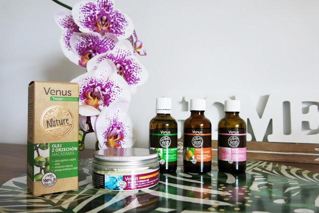 Venus Nature - olejek z pestek moreli, olejek z orzechów makadamia, woda różana oraz błoto termalne.