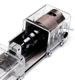 Proses pemesinan dengan menggunakan prinsip pemotongan logam dibagi dalam tiga kelompok dasar, yaitu : proses pemotongan dengan mesin pres, proses pemotongan konvensional dengan mesin perkakas, dan proses pemotongan non konvensional. Proses pemotongan dengan menggunakan mesin pres meliputi pengguntingan (shearing), pengepresan (pressing) dan penarikan (drawing, elongating). Proses pemotongan konvensional dengan mesin perkakas meliputi proses bubut (turning), proses frais (milling), dan sekrap (shaping). Proses pemotongan non konvensional contohnya dengan mesin EDM (Electrical Discharge Machining) dan wire cutting. Proses pemotongan logam ini biasanya disebut proses pemesinan, yang dilakukan dengan cara membuang bagian benda kerja yang tidak digunakan menjadi beram (chips), sehingga terbentuk benda kerja.