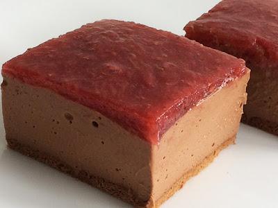 Ciasto sernik czekoladowy z frużeliną z truskawek