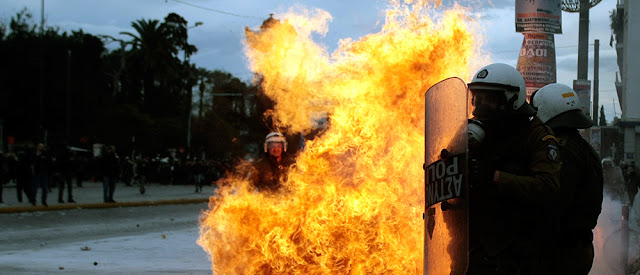 Tα κόμματα παίζουν με τη φωτιά