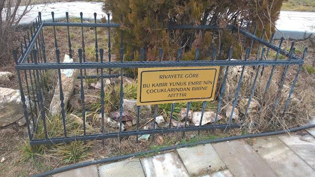 Rivayete göre; Yunus Emre'nin çocuklarından birinin mezarı.