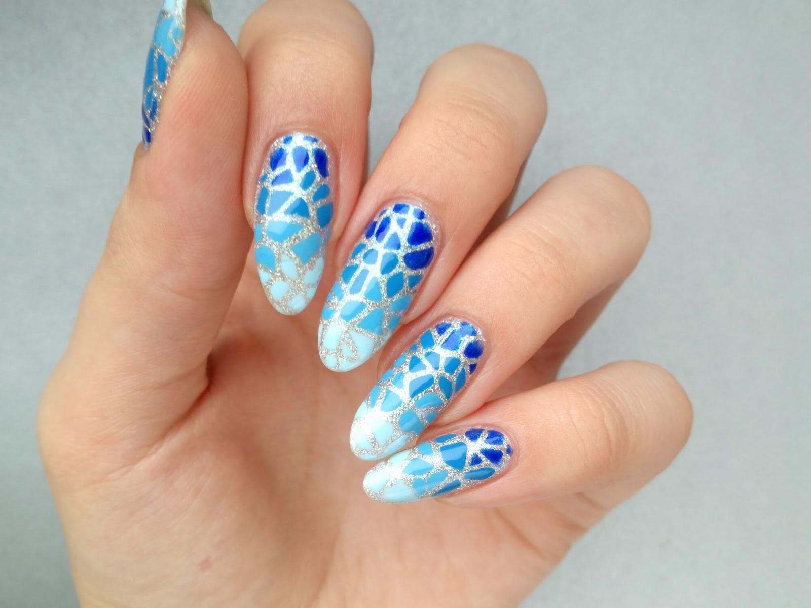 niebieskie zdobienie paznokci
