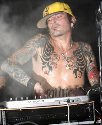 Foto de Tommy Lee con tatuaje en el cuerpo