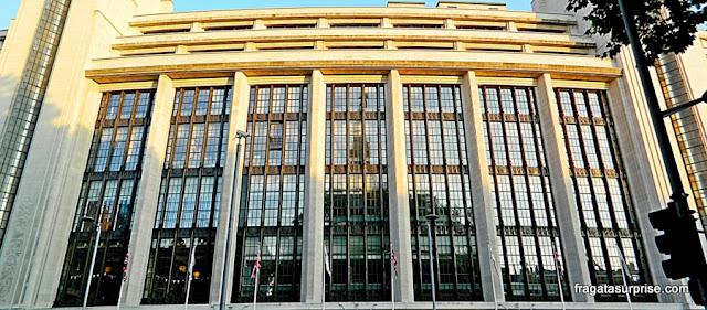 Londres: fachada art-déco em Kensington High Street