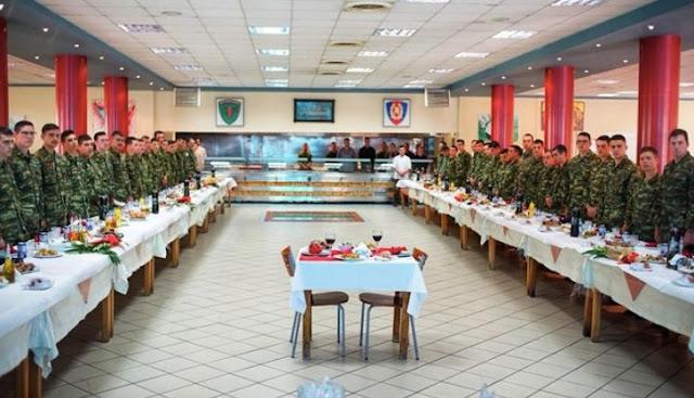 Συγκίνηση στο στρατόπεδο της Λαμίας – Έστρωσαν πασχαλινό τραπέζι για τους Έλληνες στρατιωτικούς (photos)