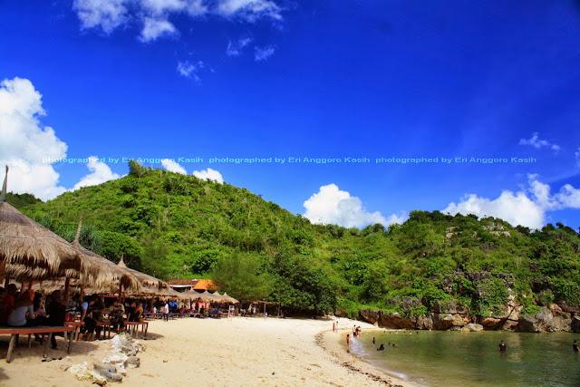 Gazebo di pasir putih Pantai Drini Gunungkidul.