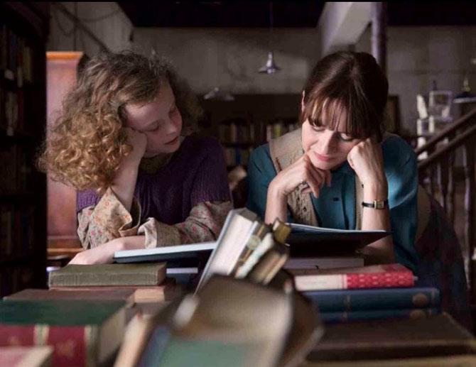 Mrs Florence Green dengan akan kecil pekerja paruh waktu di Toko Buku - imdb