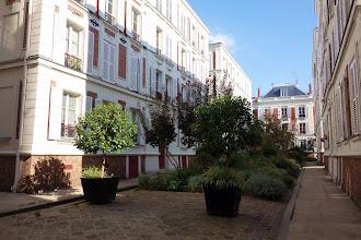 Paris : 10 rue du Jourdain, une cour intérieure fleurie sur l'emplacement de l'ancienne Mairie de Belleville - XXème
