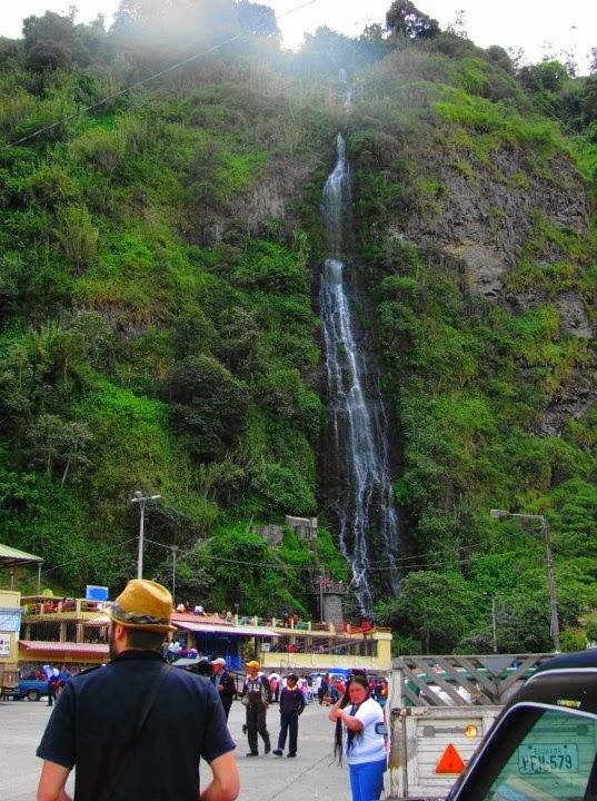 La Cascada de la Virgen se vierte en una piscina cercana térmica desde el acantilado exuberante y rocoso del lugar