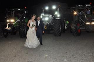 Πύργος: Πήγαν στο γάμο τους με τρακτέρ (VIDEO)