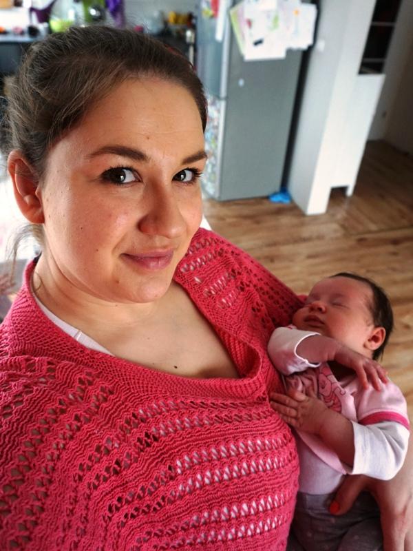 mama z dzieckiem na rękach miesiąc